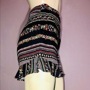 LOFT * Stacked Print Ruffle Shorts/ size (6) NWOT